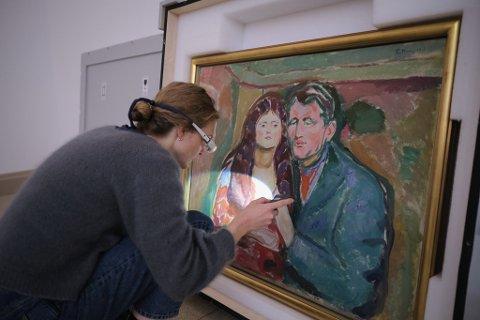 Totalt ti verker lånes ut til Ramme fra Munchmuseet og Nasjonalmuseet. Her er det oljemaleriet Forføreren som kommer på plass.