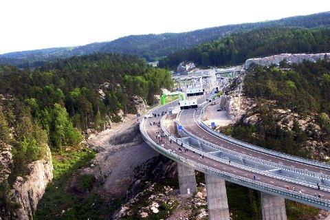 GRATIS: I 2005 ble den nye Svinesundsbrua mellom Norge og Sverige åpnet. Nå er den nedbetalt og bompengeordningen avvikles.