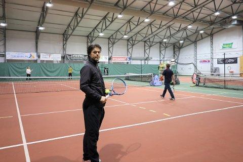 ØNSKER AT VOKSNE OGSÅ FÅR SPILLE: Trener ved Son Tennisakademi, Andreas Hammer Haugteien, reagerer på at voksne ikke får spille tennis nå som de får delta på for eksempel gruppetrening på et treningssenter.