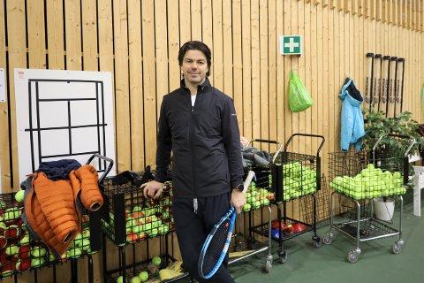 FREMDELES IKKE FORNØYD: Tennistrener Andreas Hammer Haugteien har nå fått svar fra rådmannen om tenisspill for voksne, men er ikke fornøyd med svaret.