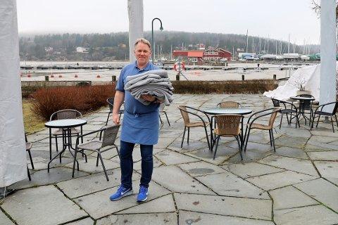 Innehaver Nils-Arne Gottenborg åpnet uteserveringen på Hagestua 25. februar, men uten sol vil folk helst sitte inne.