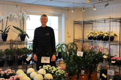 Daglig leder Bente Sefring forteller at mange har vært innom og kjøpt grønne planter hos Son Blomster de første timene etter gjenåpningen.