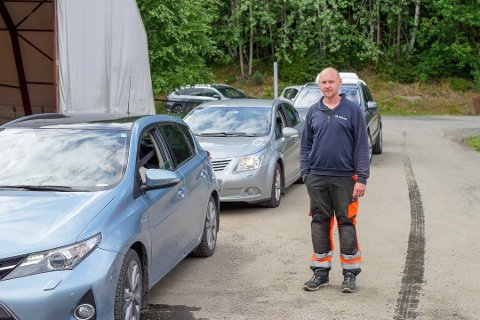 PÅGANG: Vegard Solli ved Movars gjenvinningsstasjon i Vestby måtte ut å dirigere i juli 2020. Da holdt stasjonen i Randemfaret kun åpnet to dager i uka.