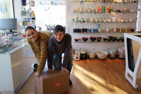 Elvira Magdalena Mostad Slang (26) og Tonje Mostad (47) på Galleri Soon pakker varer som ble bestilt under nedstengningen.