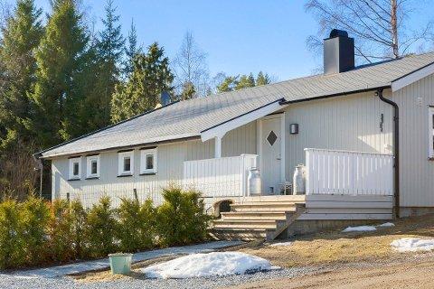 EN AV FÅ: Nærhet til badestranda og Son Golf gjør at flere potensielle hyttekjøpere har meldt seg på visning til denne hytta i Tjernbakken ved Kjøvangen.