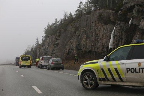 Ifølge vitner på stedet er det to personbiler og en lastebil som er involvert i uhellet.