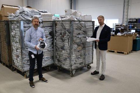 RETURNERTE VARER: Vegar Kristiansen (t.v.) og Filip Elverhøy foran deler av et vareparti de allerede har mottatt, og håper å selge ut igjen via nettbutikken som lanseres om kort tid.