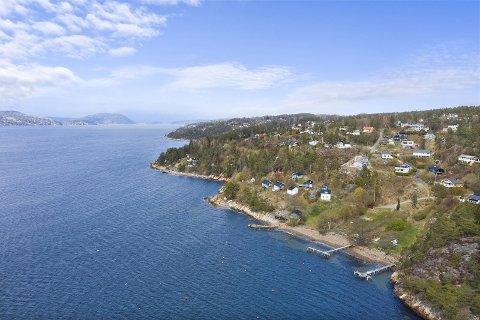 SOLGT: Denne fritidseiendommen syd for Drøbak, med 340 strandlinje, 35 mål tomt og 15 hytter er nå solgt.
