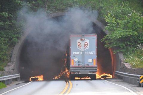 Brannvesenet rykket ut etter at et vogntog tok fyr i Merraskottunnelen.