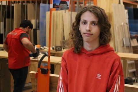 EN AV DE HELDIGE: Ylber Mulaj (17) skal tilbringe de neste to ukene hos Bauhaus i Vestby på sommerjobb i regi av Vestby kommune.