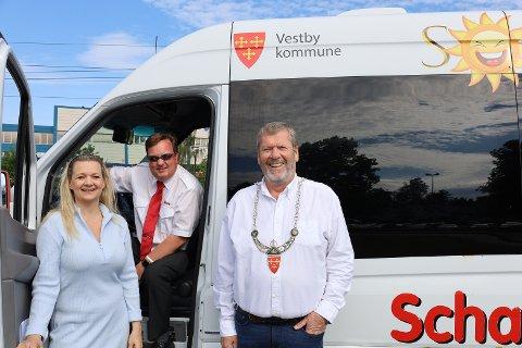 JOMFRUTUREN: F.v varaordfører Eirin Stuhaug Bolle,  Stian Schau Andersen og ordfører Tom Anders Ludvigsen. Andersen bak førersetet er spent på hvor mange som dukker opp i løpet av første gjennomreise.