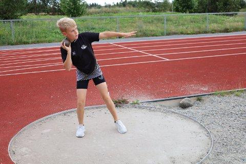 NYTT TALENT: Martin Årtun har utmerket seg i sin aldersgruppe i friidrett. Nå er det kulestøt som gjelder, men han synes det er langdistanse løping som er det aller gøyeste.
