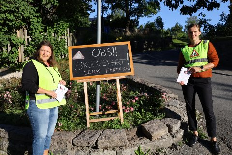 SKILTING: Eirill Evensen (til venstre) og Andrea Lumb stilte opp som trafikkvakter onsdag morgen.