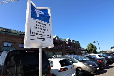 Mandag stengte Rådhusgata for parkering for besøkende.  Nå er det bare beboere i Rema-bygget som har lov til å parkere der.
