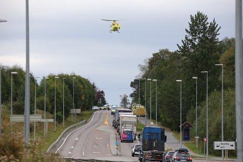 ULYKKE: En bil skal ha krasjet i en konteiner på Osloveien i Vestby fredag. Føreren, en Vestbymann i 40-årene ble fløyet til Ullevål med alvorlige hodeskader.