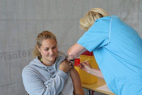 FULLVAKSINERT: Adele Nilsen-Billing (31) har kommet til Vestby Arena for å få vaksinedose nummer to. Nå er hun fullvaksinert.