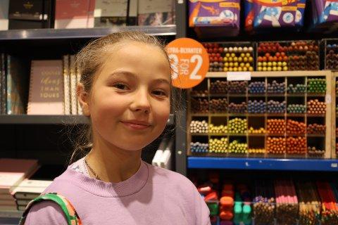 NYE FARGEBLYANTER: Amy er sammen med moren sin, Henriette, på Vestby storsenter for å handle inn nye skolesaker.