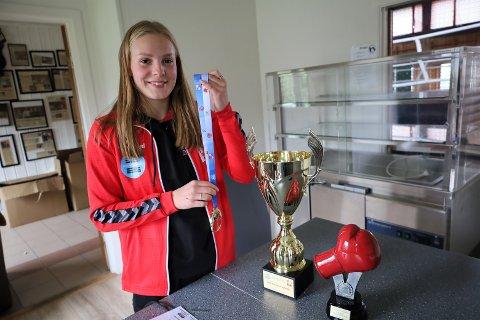 Med seg fra turnering i Polen og debut på landslaget har Julie Enge (16) alle medaljer hun kunne vinne.