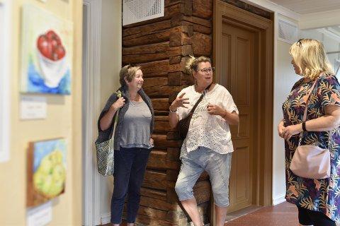 ÅPNET ETTER RESTAURERING: Son malerklubb har 27 malere, og 17 av dem stiller nå ut i Birkelandgården, som har gjennomgått omfattende restaurering. Fra høyre ser vi kunstnerne Bjørg Boger (66) og Anita Sandbraaten i prat med én av dem som torsdag kveld besøkte utstillingen i Birkelandgården.
