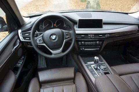 FØRERPLASSEN: Man trives lett bak rattet i BMW X5, den er innredet på eksemplarisk BMW-vis.