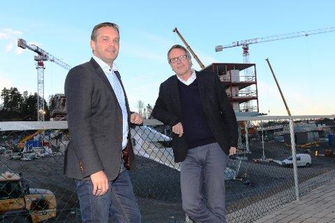 VOKSER KRAFTIG: Oslofjord-sjef Stian Fuglset (t.v.) og Tor Hansen i Interimleder AS foran de nye hotellbyggene som er under oppføring på Oslofjord Convention Center i Stokke.