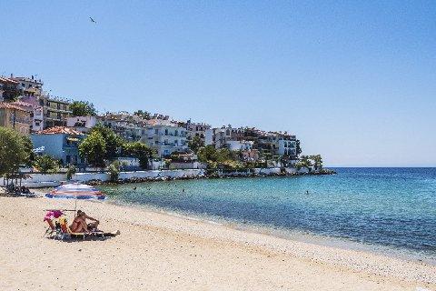 FERIEFANTASI: Thassos byr på cyanblått hav, late småbyer og den ene strandperlen etter den andre.