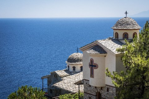 KLOSTER: Thassos rike historie kan sees overalt, blant annet ved de velbevarte klostrene, bygd på veldige klipper over Egeerhavet.