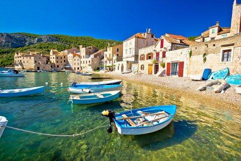 ØYLIV: Kroatia har over 1100 øyer, mange med et unikt landsbyliv. Her fra Komiza på øya Vis. Fra Komiza kan du for eksempel dra ut til Den blå grotte (Modra Spilja), kjent for sitt blå lys.
