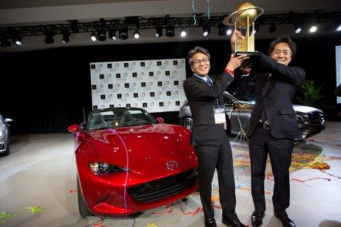 """VINNER: Utviklingssjef Nobuhiro Yamamoto og Mazdas konsernsjef for Nord-Amerika, Masahiro Moro, holder prisen som viser at Mazda MX-5 er """"Årets bil i verden""""."""
