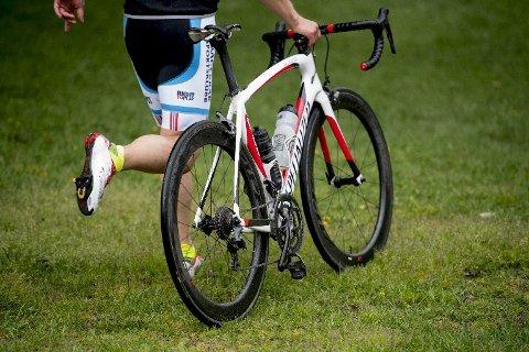Sykkelen må trilles ut av skiftesonen før det er tillatt å sette seg på.