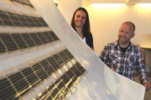 STUDENTOPPGAVE: Fleksible solcellepaneler på myk duk er bachelor-oppgaven til Marianne Hernes og Marius Borg under deres ingeniørstudier på Høyskolen i Sørøst-Norge.