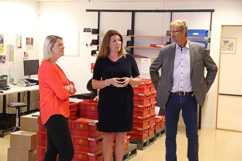 Statsråd Sylvi Listhaug lot seg imponere av hvordan ByPost får folk inn i arbeidslivet igjen. Her med daglig leder ved ByPost Vestfold, Linn Fagerberg, og rådgiver i NHO, Jon Grimsgaard.
