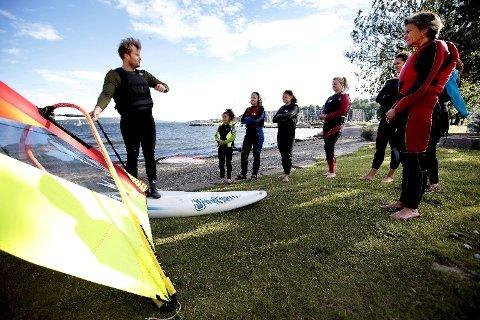 TEORI: Fredrik Føyen forklarer kursdeltakerne hvordan brett og seil skal håndteres.