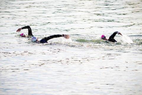 Man trenger ikke crawle for å ha glede av utendørssvømming selv i konkurranser svømmer enkelte brystsvømming.