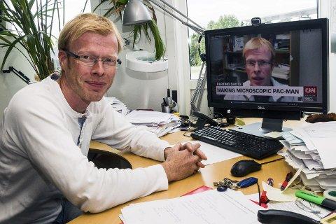 FERIE: Erik Johannessen avbrøt ferien for å ta et Skypeintervju med CNN på direkten fra Forskningsparken på Bakkenteigen.