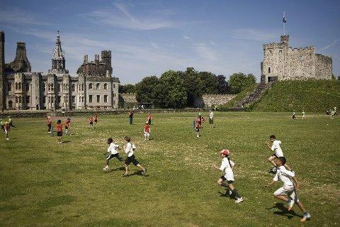 Barn spiller cricket ved Cardiff Castle, som er blant Cardiffs største turistattraksjoner.