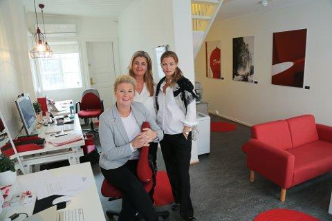 F.v: Rekrutteringsansvarlig Eveline Siegwarth Carlsen, kontoransvarlig Bente H. Karlsen og daglig leder Mette Rosenvinge Kolderup i Merge-IT har fått nye eiere.