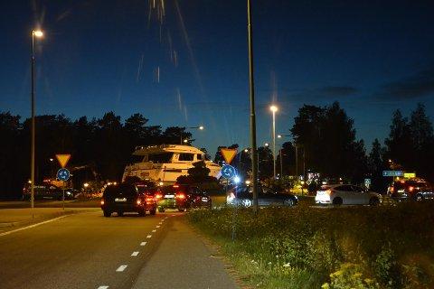 KJØRTE OVER RUNDKJØRING: Transporten av båten førte til en del trafikkaos i Sverige.