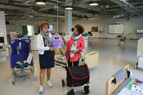 Utviklingsleder Torill Lønningdal og rådgiver Birgitte Holmene viser fram noen av hjelpemidlene som er utstilt på Innovatoriet ved Høgskolen i Sørøst-Norge.