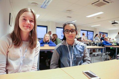 ANNERLEDES SKOLEDAG: Elever fra 7. klasse på Vear skole var på besøk hos Pilot flyskole. Hermine Myrbråten og Zohre Khalozai koste seg.