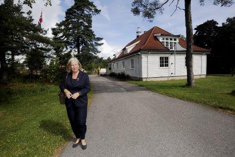 Planlegger: Tjøme-ordfører Bente Kleppe Bjerke jobber aktivt med å planlegge hva som skal skje på Mågerø når Forsvaret har trukket seg ut. Tirsdag skal hun ha møte med Gjelsten Holding om saken. Her er orføreren på befaring på Mågerø sist sommer.