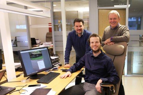 PILOTKUNDE: Eiendomsmegler Petter Hillås (foran) er pilotkunde på det nye annonseverktøyet som Bengt Berglund (til venstre) og Tom Karlsen leverer.