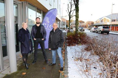 STOKKES FØRSTE: Tea Wærland (fra venstre), Hans Westby og Robert Olaussen jobber alle med etableringen av den første eiendomsmegleren i Stokke, som åpner 1. februar.