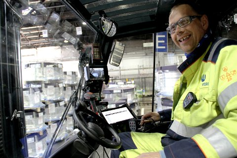 NY HVERDAG: Så blid er truckfører Roy Stranna etter å ha fått en ny arbeidshverdag.