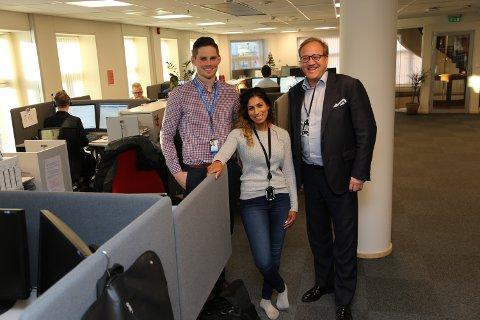 I ENDRING: Sparebank1 BV-sjef Rune Fjeldstad (til høyre) har flyttet på 90 av 340 ansatte etter fusjonen. Hovedkontoret er blant annet flyttet fra Sandefjord til Tønsberg. Kjetil Myrvollen og Sylvia Dahl jobber på det nye kundesenteret for personmarkedet i Sandefjord.