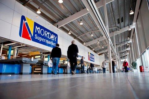 SVAK KRONE: Det gjør grensehandelen dyrere for nordmenn. Bildet viser Nordby Supermarket i Svinesund. Foto: Thomas Winje Øijord (NTB scanpix)