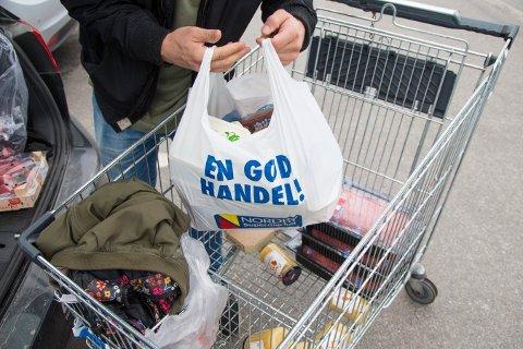 BILLIG: Handleposer lastes fra handlevognen og inn i bilen på Nordby Shoppingcenter like utenfor Svinesund.