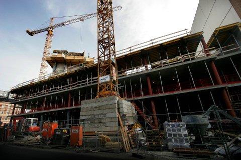UTFORDRING: Det anslås at det blir utført svart arbeid for ti milliarder kroner i året bare i Vestfold. (Illustrasjon: Jarl Fr. Erichsen / Scanpix)