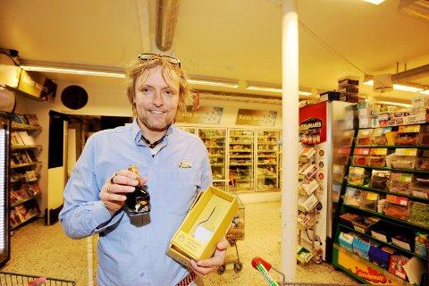 DYRE DRÅPER: Denne flasken Balsamico koster 2.000 kroner, hvilket vil si 20.000 kroner literen. Kjøpmann Stein Iversen på Hvasser bekrefter at jo, han har faktisk solgt noen slike.
