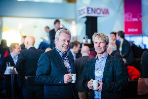 PRISVINNER: Styreleder Arne Hellum i Enova (t.v.) og daglig leder Richard Granskogli i Energiverket. Bildet er tatt under Enovakonferansen.